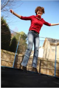 foto van vrouw op trampoline