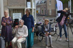 Cameravrouw RTV Utrecht en publiek bij de opening van de Boordschappenroute